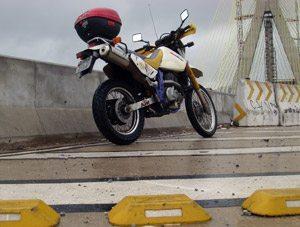 Foto: TachÆo e muro baixo: nada feito para os motociclistas