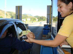 Usuários da CCR ViaLagos ganham sementes de Ipê Amarelo no Dia de Proteção às Florestas