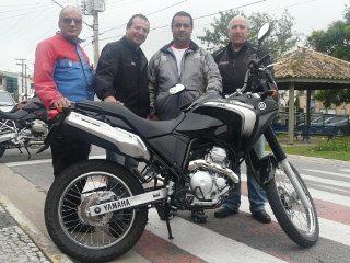 A Ténéré com a equipe de teste (esq p/ dir): Bitenca, Sergio Guedes, Patriarca e Sidney Levy