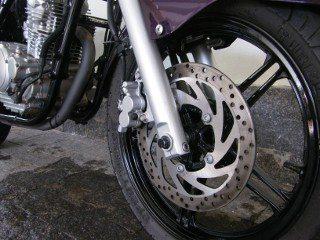 Freio a disco nas duas rodas não tem opção para ABS mas é bem eficiente e fácil de controlar