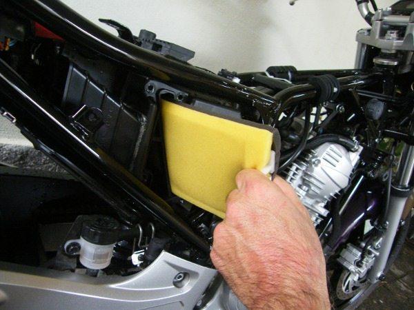 Excelente sistema de filtragem de ar. Filtro lavável e caixa de ar bem dimensionada para pouca manutenção
