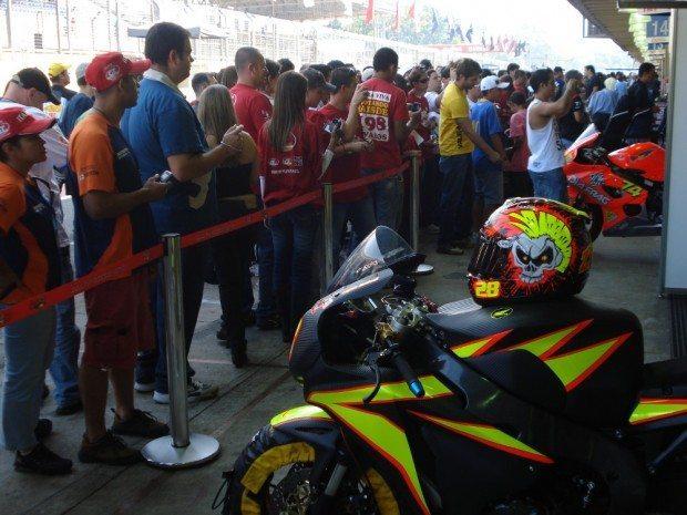 Equipes se apresentam diante do público no pit walk do TNT SBK
