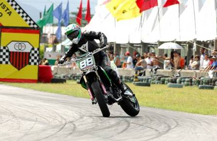 Correndo com a Kawasaki KX 250F, a jovem piloto conquistou o lugar mais alto do pódio
