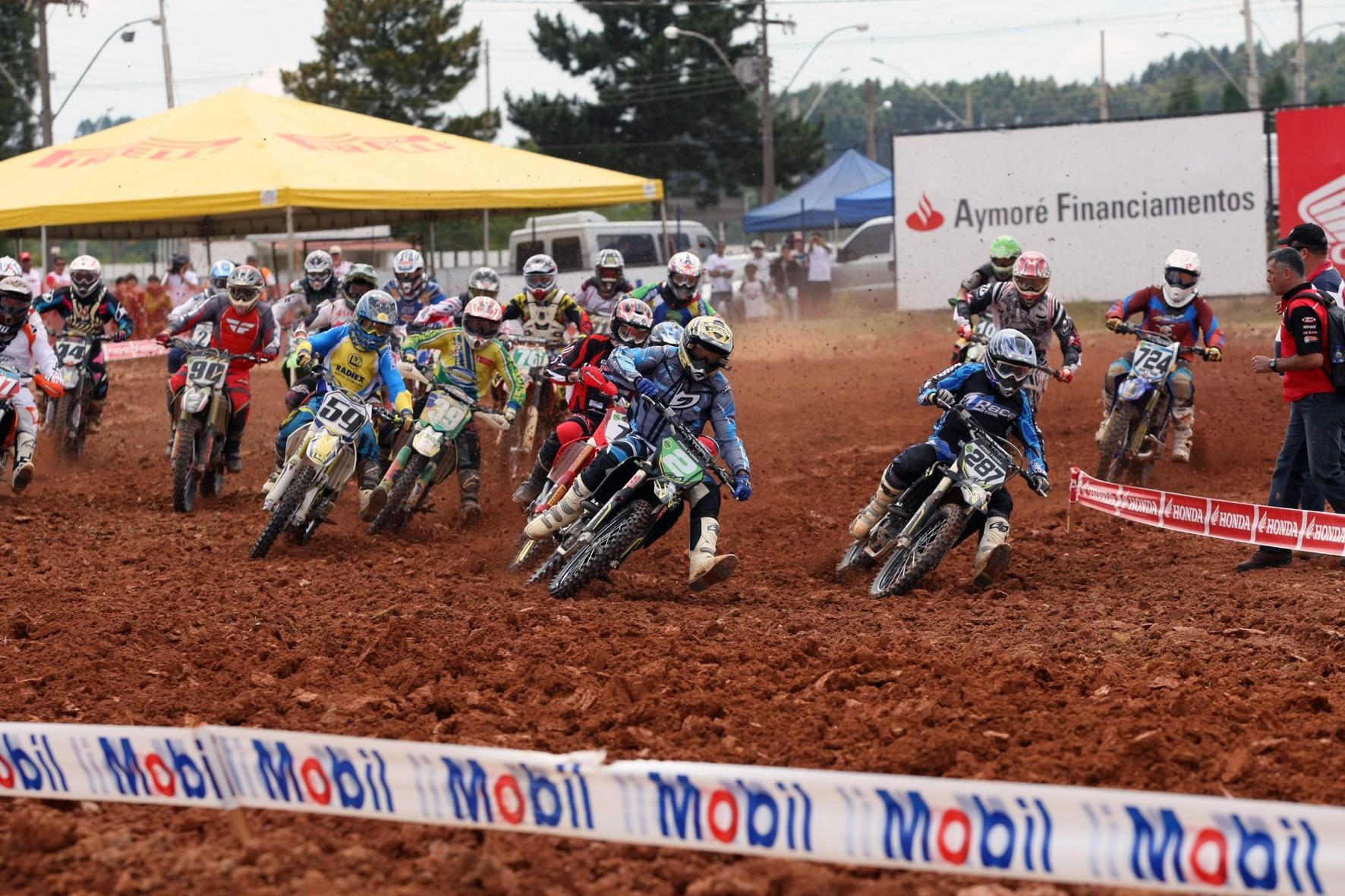 Largada da categoria MX3 da Superliga Brasil de Motocross