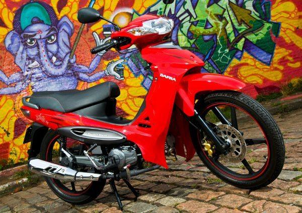 Faixas vermelhas nos pneus e pintura fosca nas rodas dá visual agressivo ao modelo