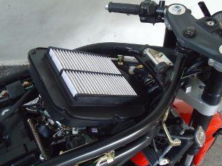 Grande caixa de ar abriga filtro de papel que necessita troca ao ficar muito sujo