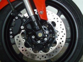 Freios dianteiros potentes em discos flutuantes