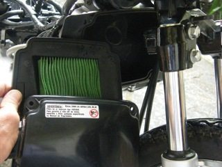 Filtro de ar de papel viscoso fica na frente do motor