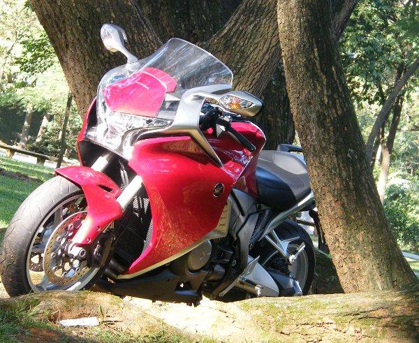 A VFR 1200F comprova que a mescla de tecnologia voltada para segurança e desempenho deve incluir necessariamente altas doses de prazer para pilotar uma motocicleta