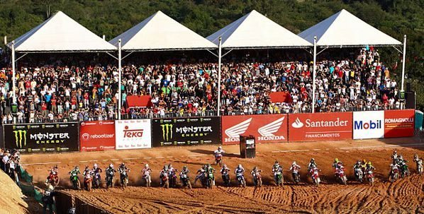 Largada da categoria MX2 do Honda GP Brasil de Motocross 2011