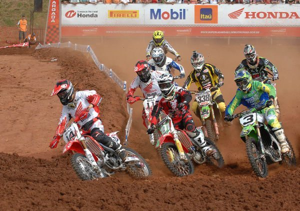 Largada da categoria MX Pró na Superliga Brasil de Motocross
