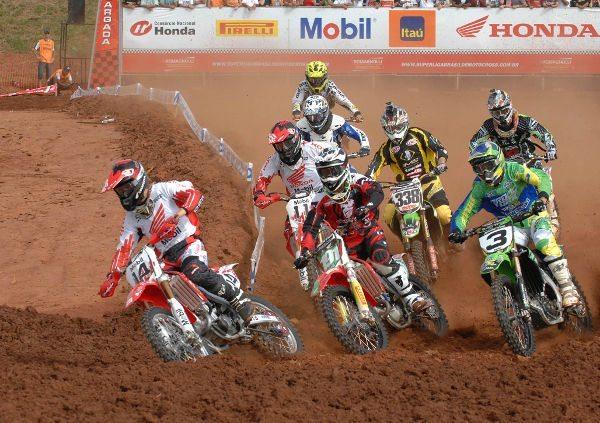 Largada da categoria MX Pró na Superliga Brasil de Motocross
