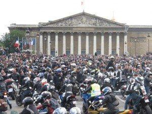 Protesto em frente à sede do governo francês, em Paris