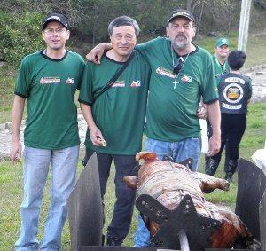 Donytello, Harada e Matusa aguardam o porco no rolete