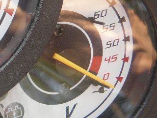 Voltímetro indica a condição de carga das baterias e, em aceleração cai conforme a demanda e se recupera rapidamente, de acordo com a quantidade de carga e condições das baterias