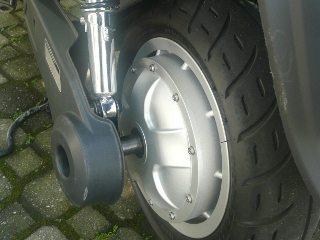 O motor fica no cubo da roda, não tem escovas e funciona em corrente contínua a 48 Volts