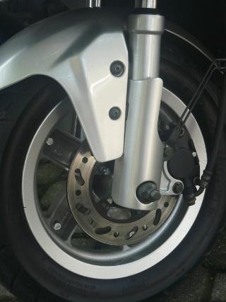 Freio a disco na dianteira tem potência de sobra para parar a moto mas poderia ter mais modulação