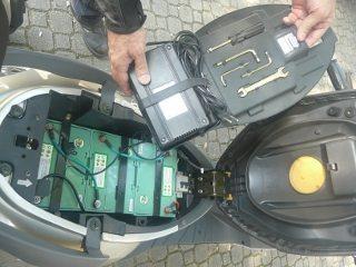 Sob o banco ficam as baterias, um kit de ferramentas e o carregador para as baterias