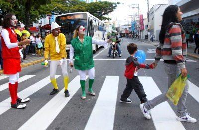 A campanha visa incentivar os pedestres a atravessarem na faixa e os