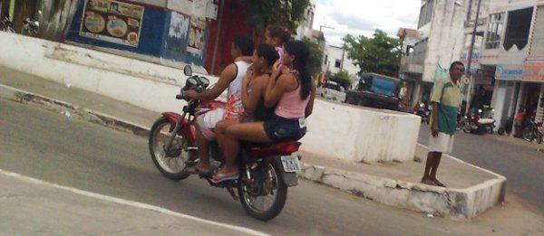 Quatro numa motocicleta, sem capacete! Reflexo do trânsito não municipalizado em Mombaça, Ceará.