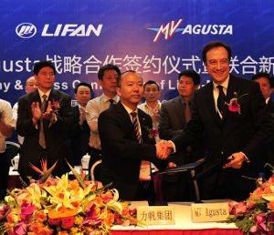 Bob Yang (vice-presidente da Lifan) e Umberto Uccelli após a assinatura do acordo: rápida expansão da marca italiana no mercado chinês