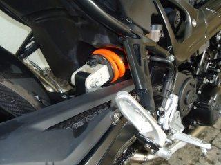 Suspensão traseira bastante angulada (horizontal) permite ajuste na pré-carga da mola e na extensão do hidráulico