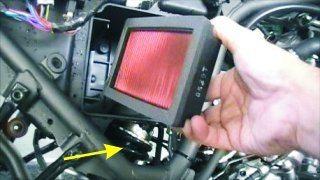 O filtro de ar não é lavável e o ajuste da pré-carga da mola traseira é feito por meio de ferramenta