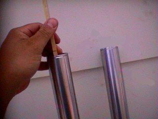 Depois de colocar o óleo, tire o ar do sistema e meça o nível do óleo nas bengalas, sem mola e todo comprimido