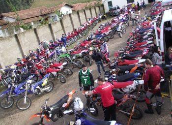 A foto em anexo é do parque fechado (parque de trabalho) aonde estão as motos alinhadas para o inicio da prova