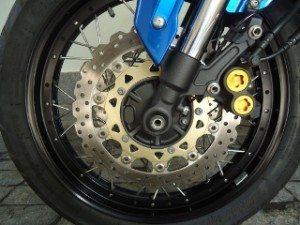 Bons freios para o asfalto, mas para terra o ABS é muito invasivo