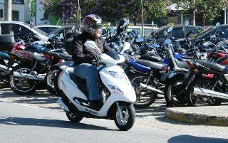 """Comparado com as outras motos, o Burgman i é muito mais prático pois carrega """"coisas"""" nos múltiplos espaços disponíveis"""