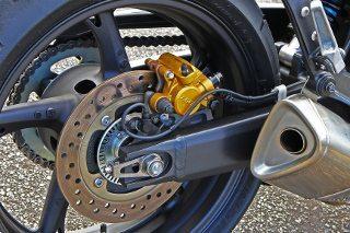 Freios se destacam: o C-ABS da Honda Hornet é preciso e auxilia para estabilizar a moto nas frenagens mais fortes