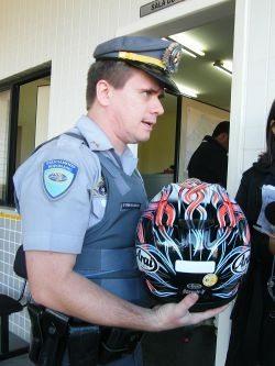 """O capacete """"dublê"""" mostrado na ocasião: selo falso em um capacete importado de uso pessoal"""
