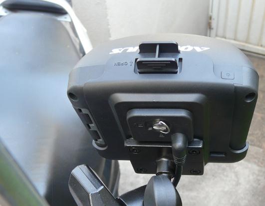 O suporte plástico prende em guidão tubular, mas como colocamos num scooter, tivemos que fazer uma adaptação no suporte do espelho