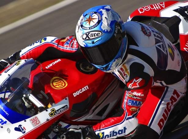 Carlos Checa bordo de sua Ducati Superbike 1198