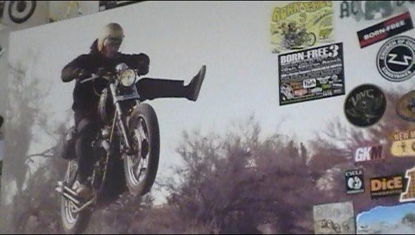 Na decoração da loja, imagens clássicas do motociclismo americano