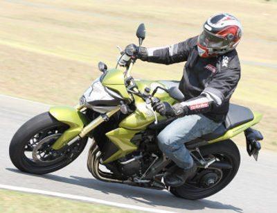 Comportamento dinâmico é facilitado pela concentração de massas no centro da moto: manobras fáceis e rápidas