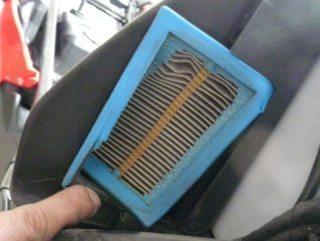 O elemento do filtro de ar foi encontrado rasgado, o motivo é incerto mas foi constatada contaminação da árera limpa da caixa de ar. Entrou ar sujo no motor.