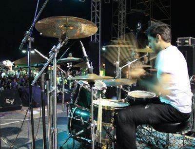 O baterista Fabrício Araújo estará com a Faixa Etária em Maricá, Piraí e no Salão de Turismo (RJ)