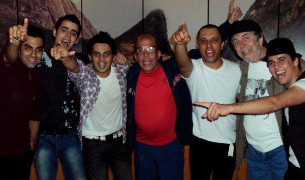 Os radialistas Ricardo Campelo (Globo) e Maurício Menezes (Tupi) com os músicos da Faixa Etária após o show no Salão de Turismo, em Copacabana.