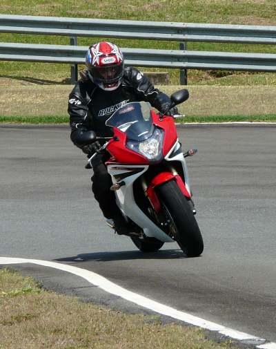 Esbelta, leve e equilibrada, a moto transmite confiança nas manobras