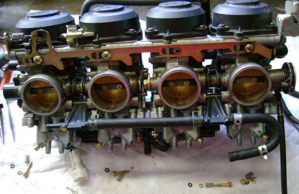 Além de equalizar as regulagens, é preciso regular corretamente cada carburador
