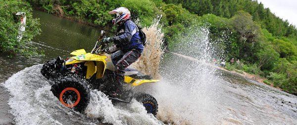Piloto da equipe Prominas ATV Racing faturou o 3º lugar no 3º Rally das Serras. Com o desempenho obtido nos dois dias de prova, competidor acumulou pontos e conquistou o primeiro título nacional de sua carreira no rali cross country