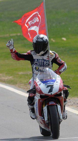 Carlos Checa continua na Ducati em 2012