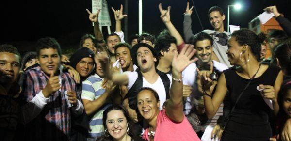 Após o último show em Arraial do Cabo, os fãs cercaram os músicos da Faixa Etária