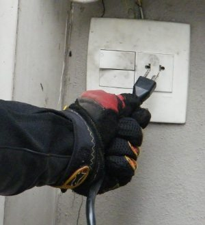 Sempre ao parar, conecte o plug numa tomada para manter a bateria sempre em carga máxima