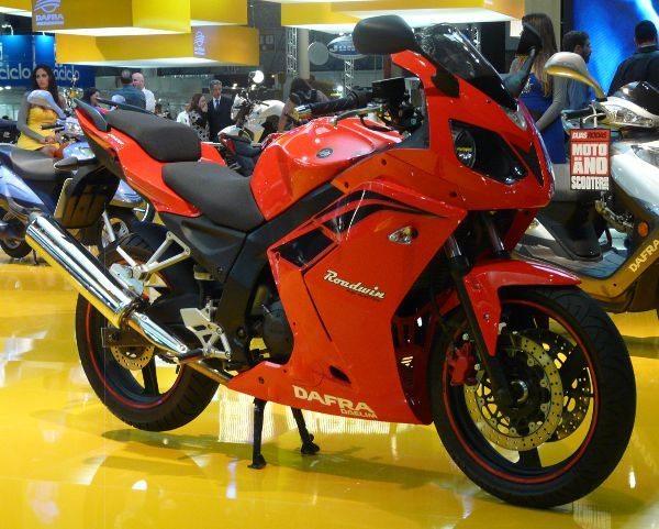 Outro moto chinesa, esta da Daelim, que vem com o nome Dafra: Roadwin 250R