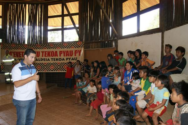 Pedro Santos, coordenador de tráfego, bate papo com as crianças