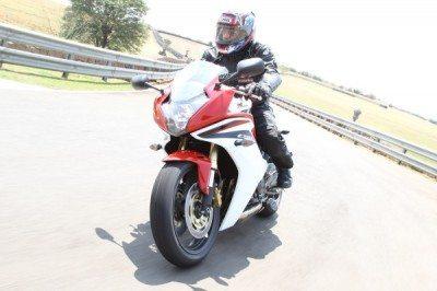Na estrada a postura fica mais relaxada e já se pode aproveitar melhor a aerodinâmica da moto
