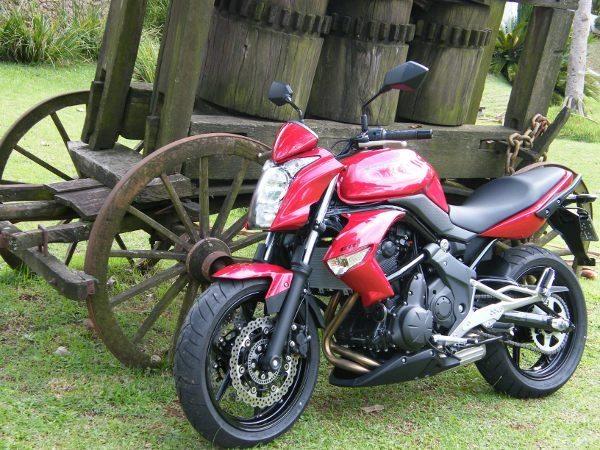 Kawasaki ER6n moto de entrada na Europa, aqui precisa de piloto experien